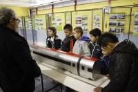 Les écoliers devant les maquettes de trains
