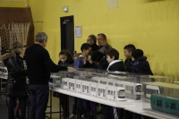 Vue des adhérents, des écoliers devant les maquettes de Tramway