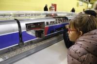 Ecoliers scrutant l'intérieur d'un TGV 2Niveaux
